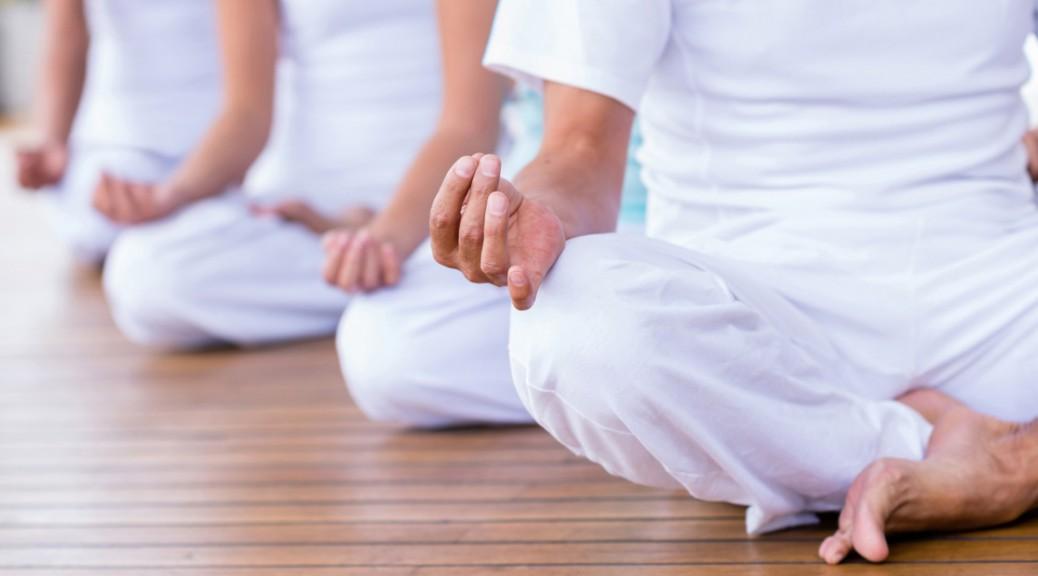 Gruppe von Menschen macht Yoga im Firmenseminar